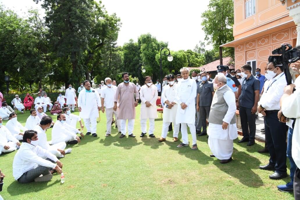 मुख्यमंत्री अशोक गहलोत समेत कैबिनेट सदस्य ने दिया धरना
